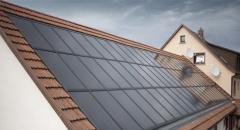 Солнечные батареи на крыше загородного дома