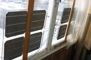 Солнечные батареи, закрепленные на стекле