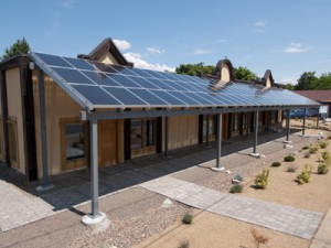 Домовладение с солнечными панелями на веранде