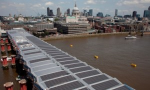 Солнечные панели над мостом Blackfriars bridge в Лондоне Фото: Network Rail