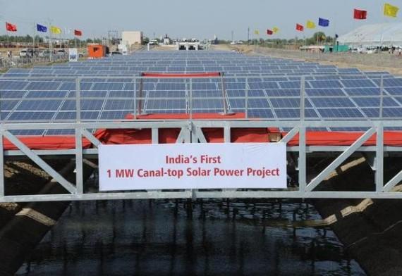 Солнечная электростанция над каналом в Индии