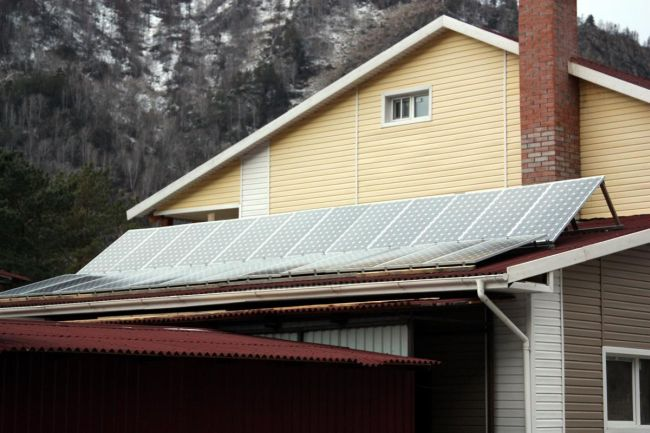 Солнечные модули на крыше котельной