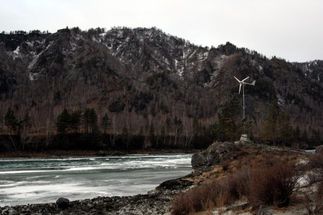Ветрогенератор на берегу реки