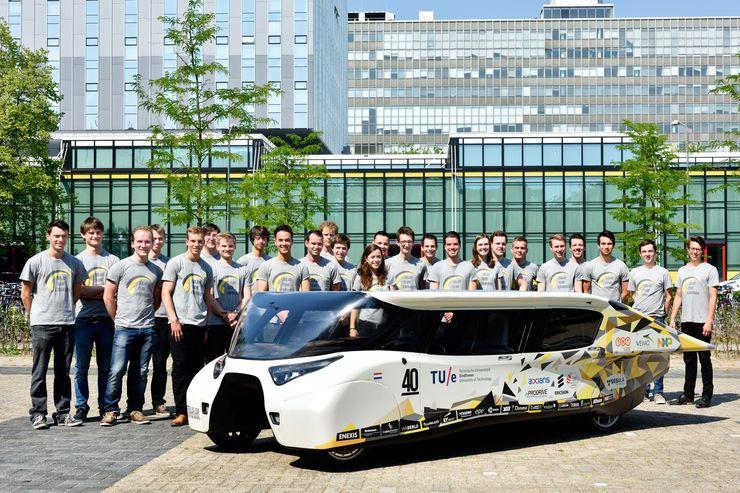 Команда Solar Team Eindhoven возле автомобиля Stella Lux