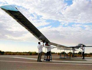 Минобороны Великобритании закупит беспилотники на солнечных батареях Zephyrs, способные оставаться в воздухе несколько месяцев подряд. Разработанный и построенный в Великобритании, Zephyrs сможет переносить видеокамеры или коммуникационное оборудование, его полезная нагрузка равна 5 кг. Минобороны, скорее всего, сначала приобретёт два подобных летательных аппарата. Беспилотник разработала компания QinetiQ, однако права на Zephyrs в настоящее время принадлежат Airbus Group.   Zephyrs-8 имеет размах крыльев 25 м и вес 60 кг. Батареи для хранения накопленной энергии занимают 40% от массы аппарата. В тестовых полётах Zephyrs-8 поднимался на высоту 65 тысяч футов и передавал видео высокого качества с разрешением на местности 50 см в режиме реального времени. Как ранее сообщали Пронедра, для внутренних войск России закупили БПЛА «Нелк-В6», способные находиться в воздухе 37 минут.