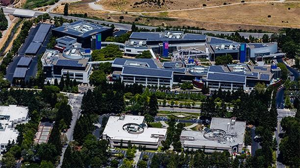 """Солнечные панели на крышах Googleplex – штаб-квартиры Google Inc. в Калифорнии"""""""