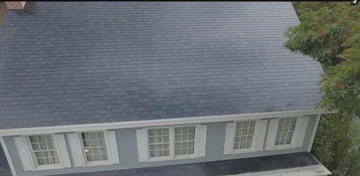 Крыша дома целиком является большой солнечной панелью