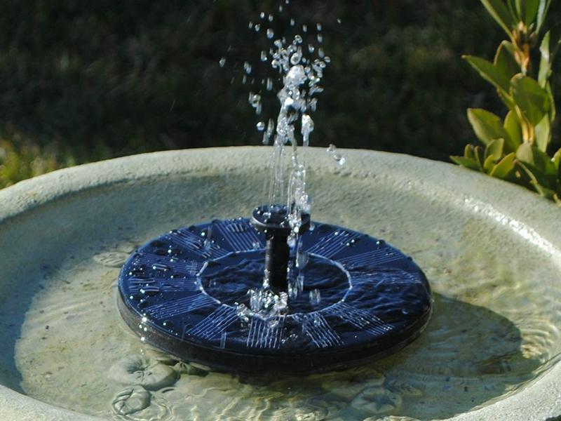 """<p>Установить фонтан на солнечной батарее гораздо проще, чем кажется. Журчание воды придает дополнительное ощущение уюта и создает расслабленную атмосферу. Вдобавок фонтан насыщает сухой воздух влагой. В результате вы станете чувствовать себя бодрее и здоровее в жаркую погоду, а растения начнут расти активнее.</p> <p><img src=""""https://i4.imageban.ru/out/2019/03/17/3b0c6a90bf3c69661b84e6742145baef.jpg"""" alt="""""""" /></p> <p>Конструкции на гелиопанелях имеют следующие преимущества:<span class=""""s1""""></span></p> <ul> <li>Существенная экономия на источнике питания и экологичность.</li> <li>Монтаж не требует прокладки электрического кабеля. Фонтан для пруда на солнечных батареях нетрудно подключить самостоятельно, придерживаясь инструкции.</li> <li>Разбрызгиватель устанавливается в любом месте, даже в тени. Для этого понадобится конструкция с выносной панелью.</li> <li>Во время работы практически нет шума.</li> </ul> <p>Не стоит забывать и о недостатках. К ним относится меньшая мощность по сравнению с использованием электрического насоса и зависимость от погодных условий. Фонтан выключается не только вечером, но и днем при пасмурной погоде. Однако эта проблема решается с помощью аккумулятора.<span class=""""s1""""></span></p> <h2>Как работает фонтан на солнечной батарее<span class=""""s1""""></span></h2> <p>Самый простой фонтан для пруда на гелиобатареях состоит из нескольких обязательных элементов:<span class=""""s1""""></span></p> <ul> <li>Солнечной панели.</li> <li>Водяного наноса.</li> <li>Разбрызгивателя.</li> </ul> <p>Базовый набор можно дополнить аккумулятором, контроллером заряда, пультом управления, подсветкой, генератором тумана, скульптурами и т. д. Фонтан на солнечной батарее с аккумулятором в меньшей степени зависит от количества света. Он отлично работает в пасмурные дни и даже ночью. Подобные конструкции подходят не только для декоративных водоемов, но и бассейнов. Альтернативные источники можно использовать для того, чтобы сделать <a href=""""http://altenergiya.ru/sun/kak-sdelat-vod"""