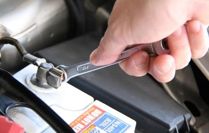 контроль крепления батареи в автомобиле